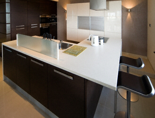 Cuisine bar moderne clair en corian for Plan de travail cuisine corian