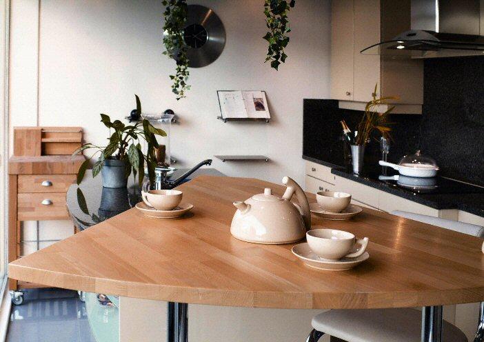 Cuisine bar moderne clair en bois massif for Cuisine en bois massif moderne
