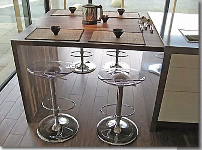 Cuisine bar moderne fonc en bois massif for Cuisine en bois massif moderne