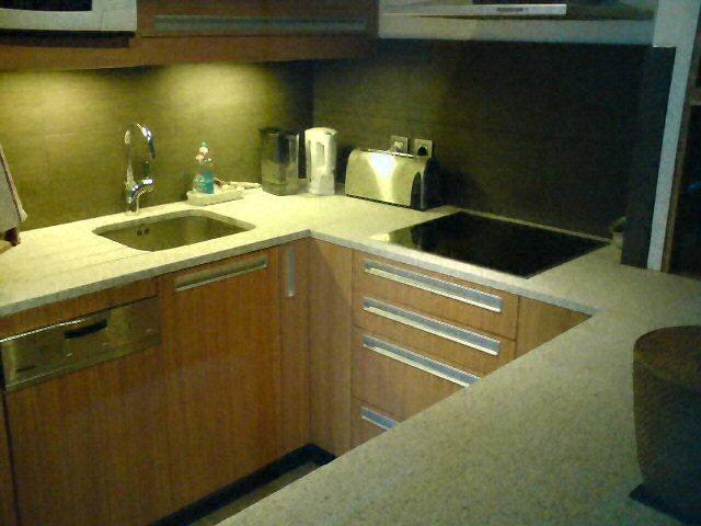Cuisine - Plan de travail de cuisine moderne, clair, en granit -  2