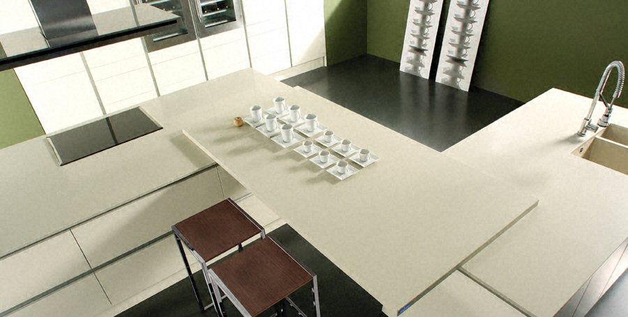 Cuisine - Plan de travail de cuisine moderne, clair, en quartz - Combinaison de plans de travail avec plan table 5