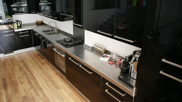 cuisine plan de travail de cuisine moderne en inox. Black Bedroom Furniture Sets. Home Design Ideas