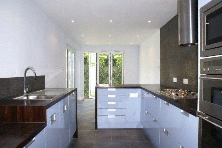 Cuisine plan de travail de cuisine moderne fonc en - Plan de travail en bois massif ...