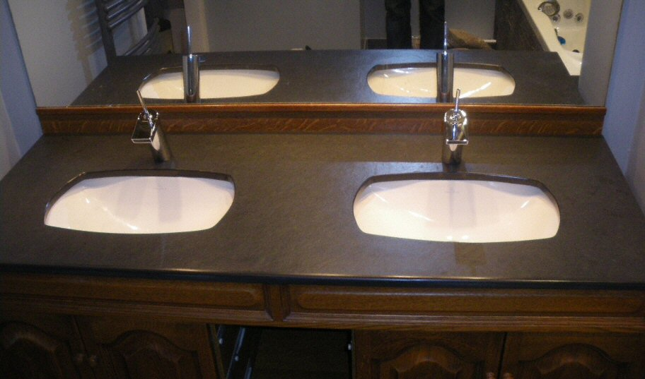 salle de bain plan de travail de salle de bain classique fonc en granit. Black Bedroom Furniture Sets. Home Design Ideas