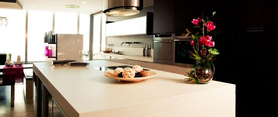 Cuisine - Plan de travail en îlot de cuisine moderne, clair, en céramique -  2