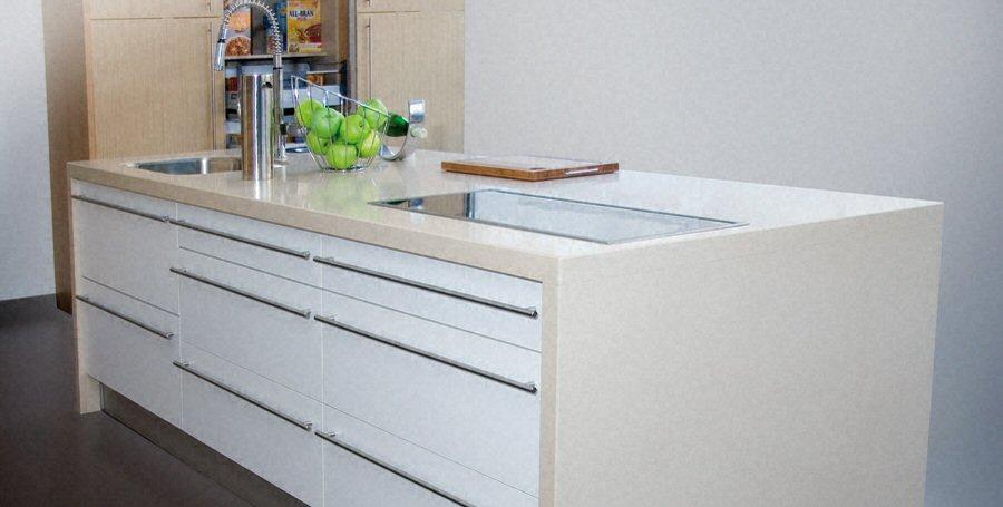 Cuisine - Plan de travail en îlot de cuisine moderne, clair, en quartz - Plan en quartz avec jambages assortis 2
