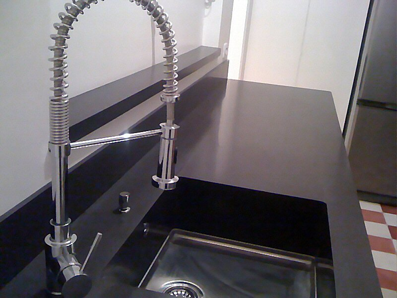 cuisine zone d 39 vier de cuisine moderne fonc e en corian. Black Bedroom Furniture Sets. Home Design Ideas