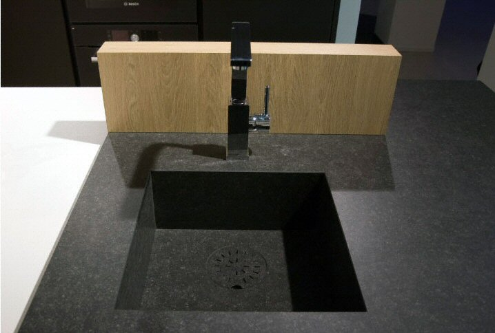 Cuisine - Zone d'évier de cuisine moderne, foncée, en céramique -