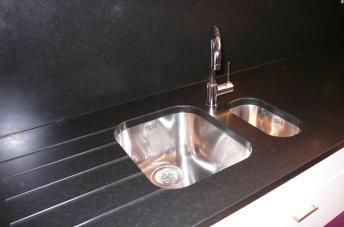 netovia est partenaire de m6 d co plan de travail en granit pour cuisine. Black Bedroom Furniture Sets. Home Design Ideas